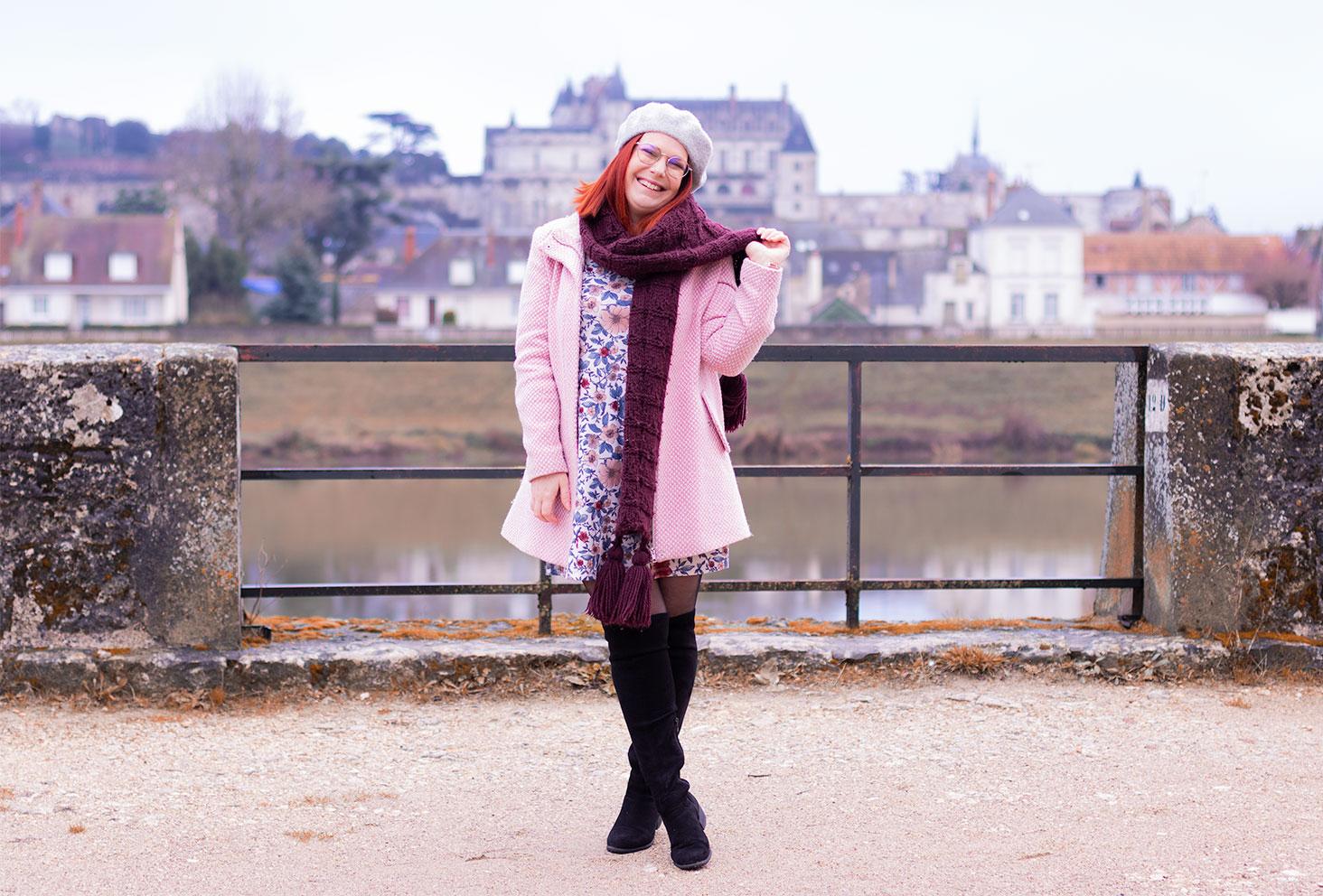 Look en manteau rose devant le château d'Amboise de l'autre côté de la Loire