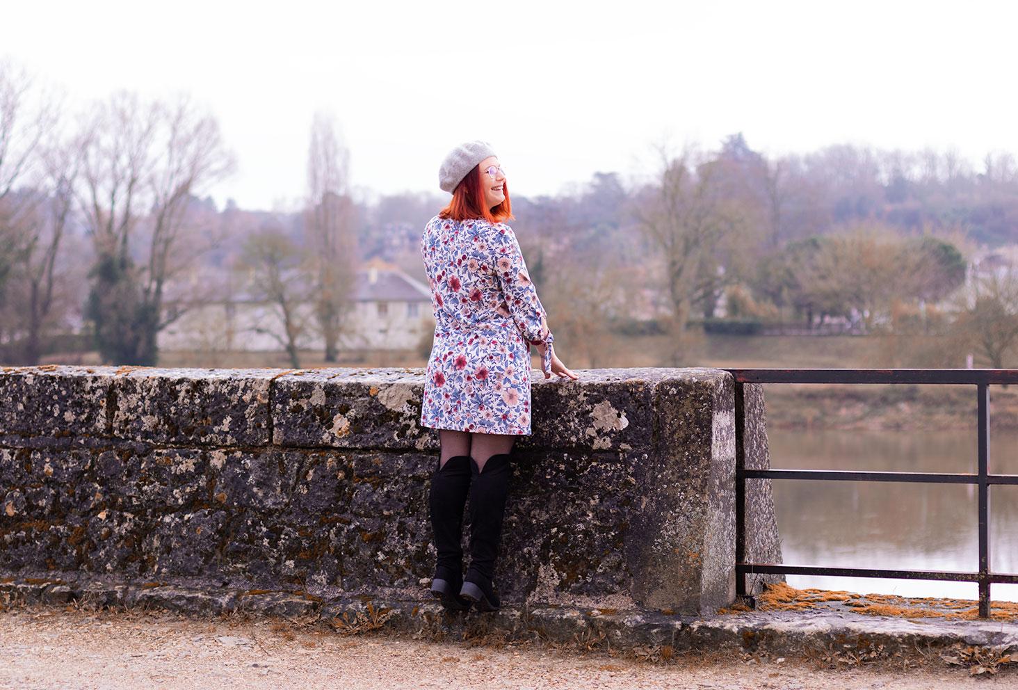 Devant la Loire en robe à fleurs roses et cuissardes, à regarder le paysage d'Amboise
