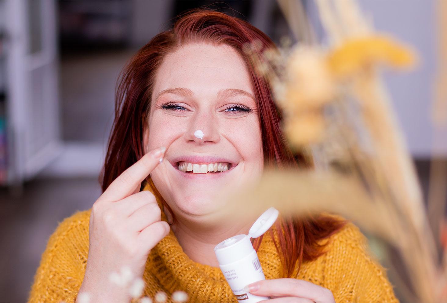 Zoom sur la texture du masque pour le visage Abellie sur le bout du nez avec le sourire et les fleurs séchées jaunes