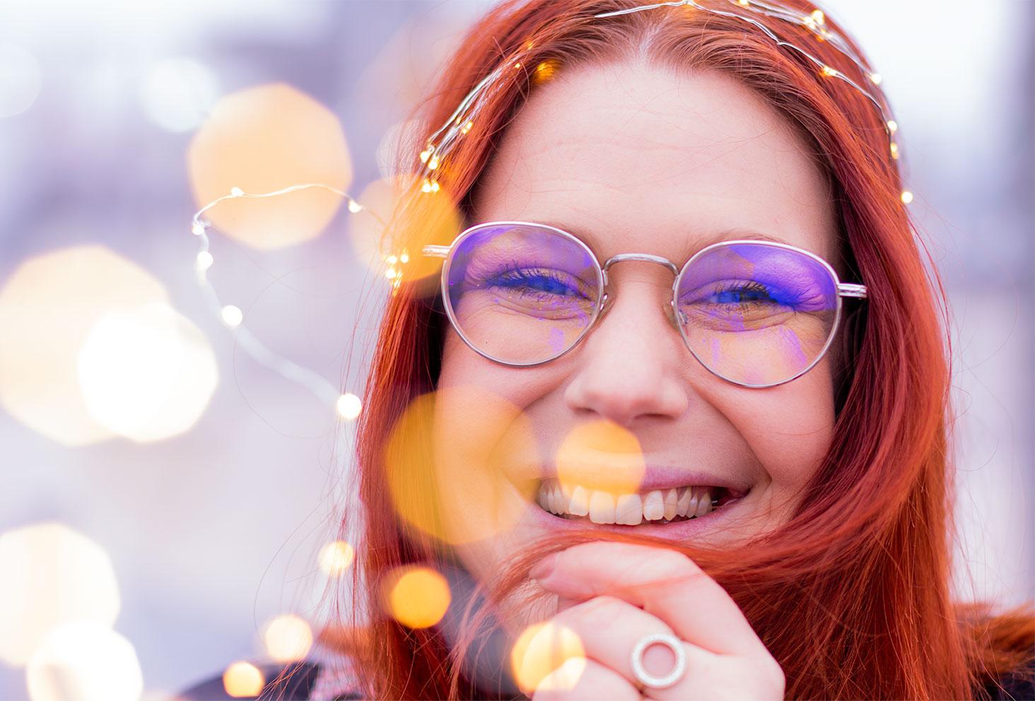 Nouvelle année 2019, lunettes argentées et guirlande lumineuse en couronne sur la tête, avec le sourire