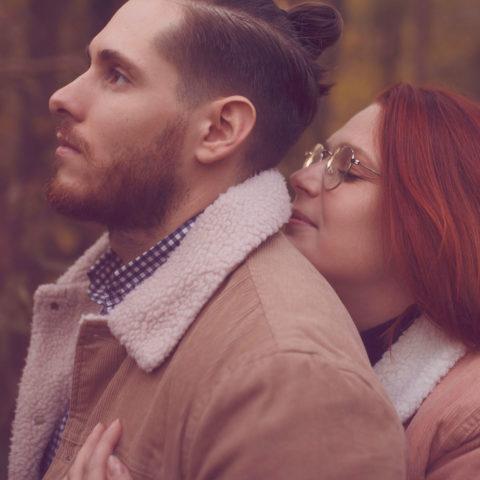 Câlin de couple lors d'une séance photo en amoureux au milieu de la forêt