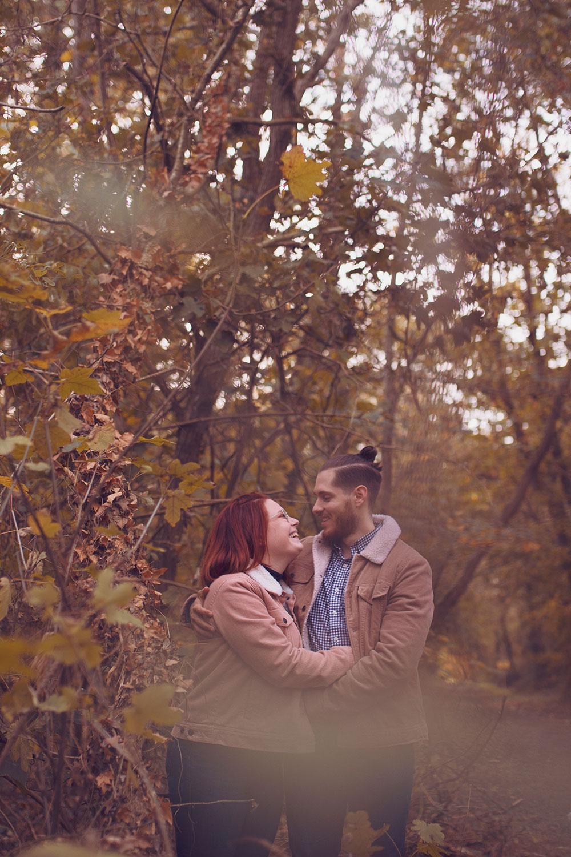 Photo couple au milieu des bois, bras dessus bras dessous