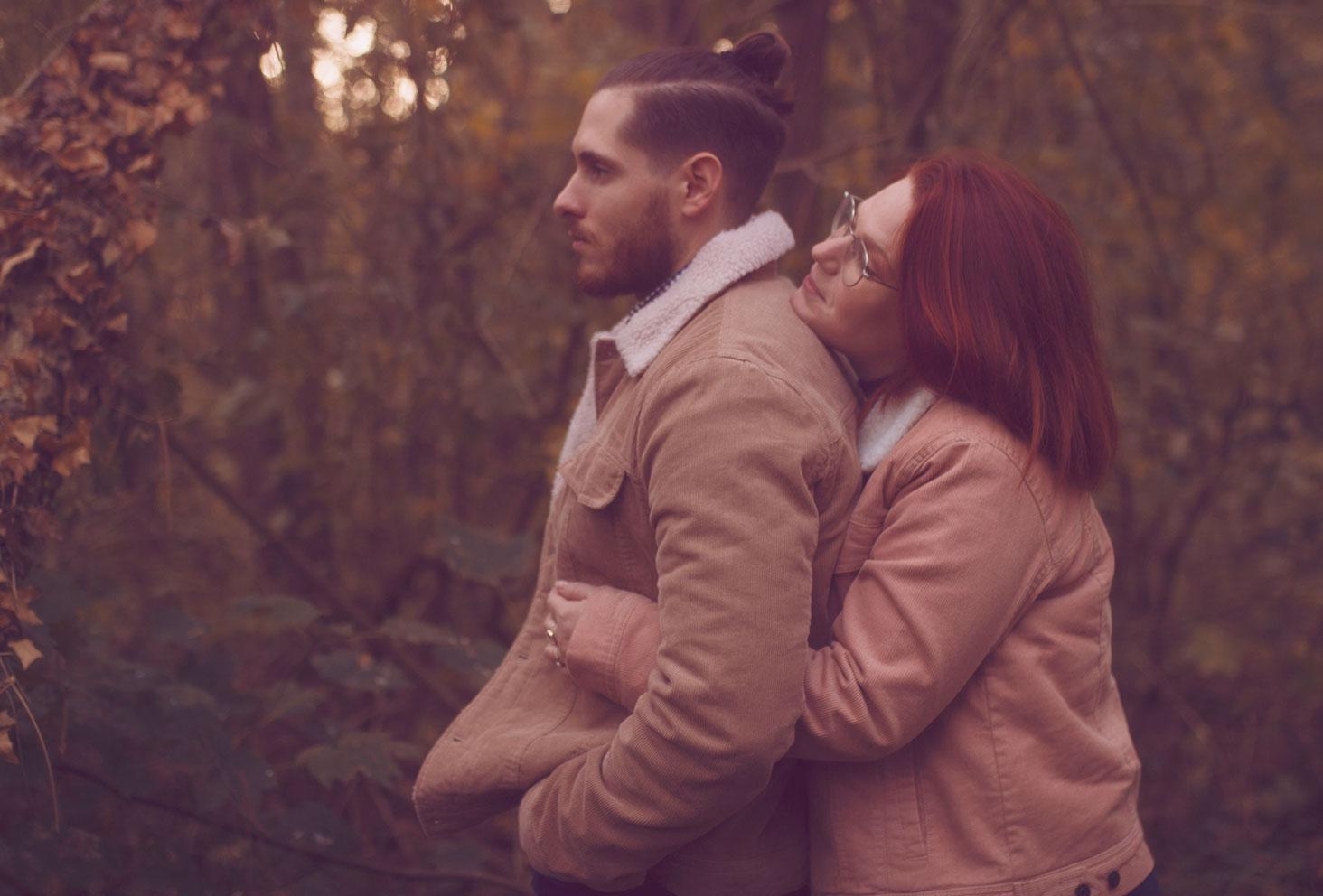 Séance photo en couple dans la forêt, câlin d'amoureux