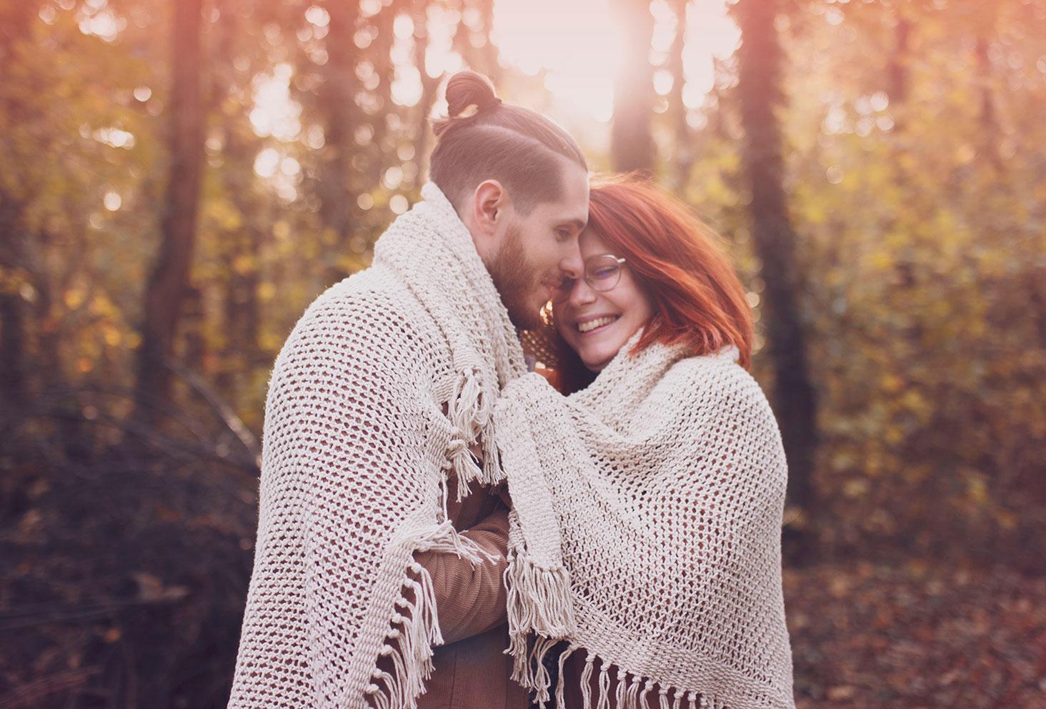 Photo de couple en forêt pour une idée de cadeau de Noël