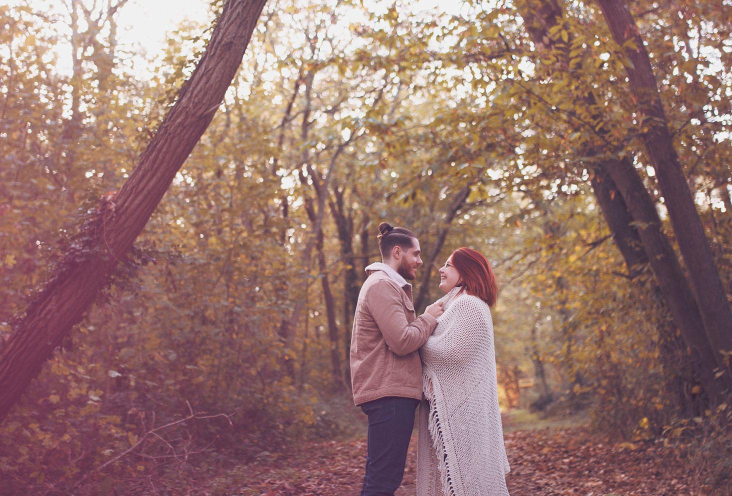 Photo d'automne en couple au milieu de la forêt aux couleurs de l'automne