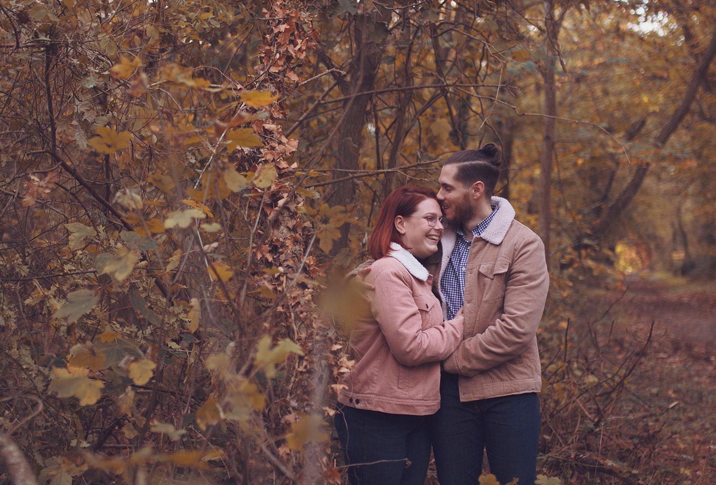 Photos en couple dans la forêt automnal, lors d'une balade au milieu des bois