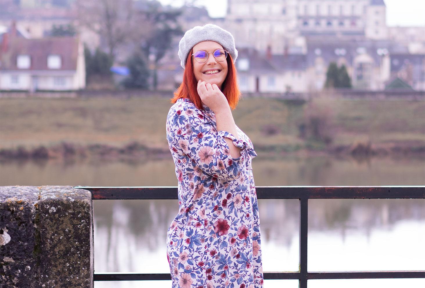 De profil en robe à fleurs, devant le château d'Amboise