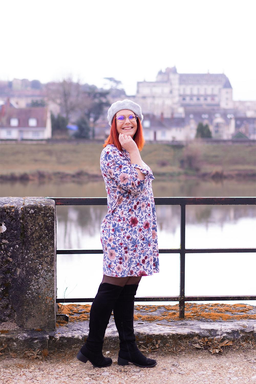 En robe à fleurs et cuissarde, de profil avec le château d'amboise en fond
