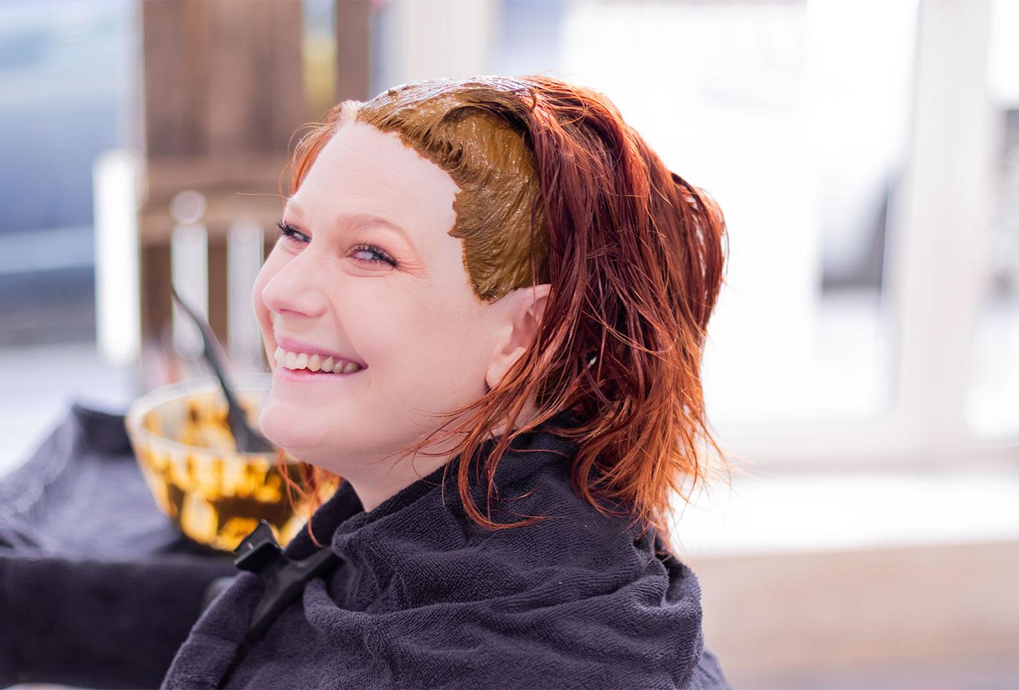 Cheveux roux avec coloration végétale appliquer aux racines, de profil avec le sourire