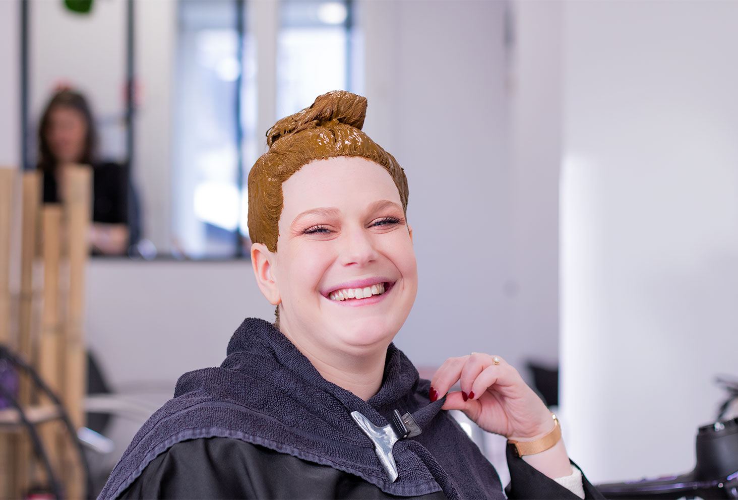 La coloration végétale au henné naturel qui pose sur la totalité des cheveux, avec le sourire dans le salon de coiffure Artiste en Herbes à Tours