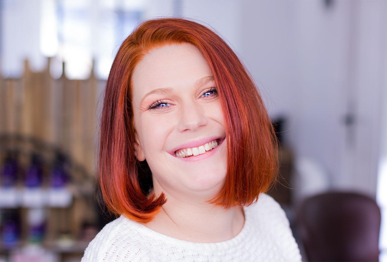 Résultat de la coloration végétale rousse au henné naturel de face avec le sourire et les cheveux coupés au carré