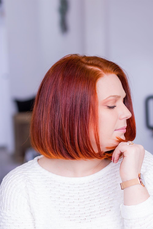 Coupe au carré et cheveux roux de profil la main sur le menton, suite à la coloration végétale au henné naturel