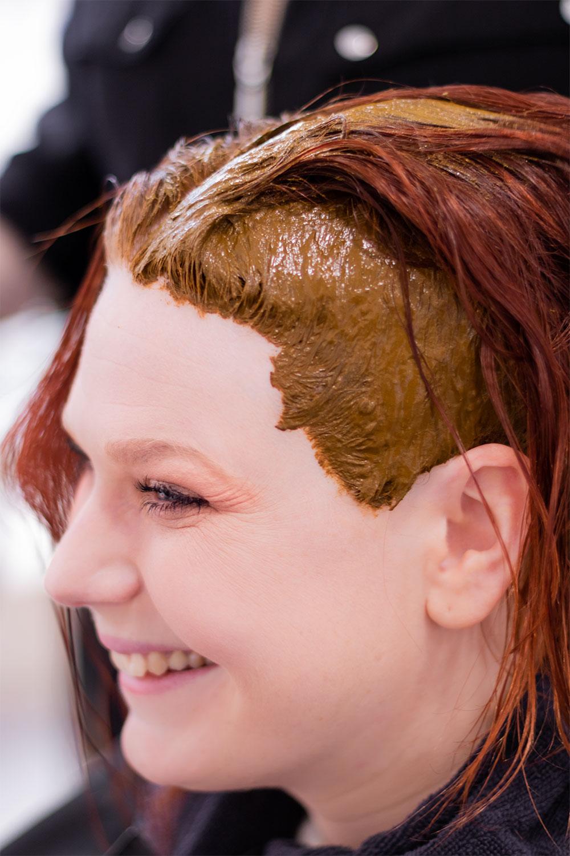 La coloration végétale au henné naturel appliqué sur le haut du crâne, vu de profil avec le sourire