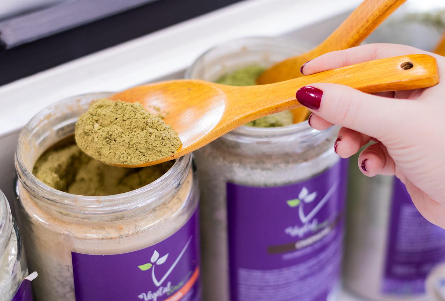 Zoom sur la poudre de henné naturel pour coloration végétale dans une cuillère en bois