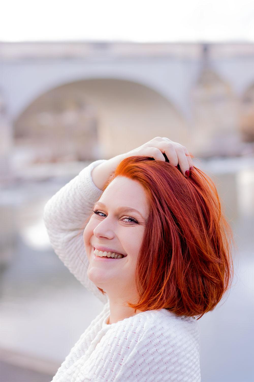Cheveux roux, résultat de la coloration végétale au henné naturel, de profil la main dans les cheveux