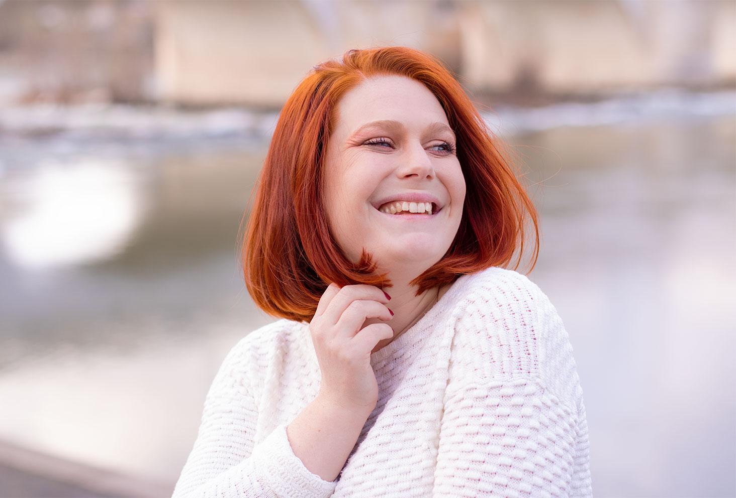 Résultat de la coloration végétale au henné naturel pour cheveux roux, coupe au carré de profil avec le sourire