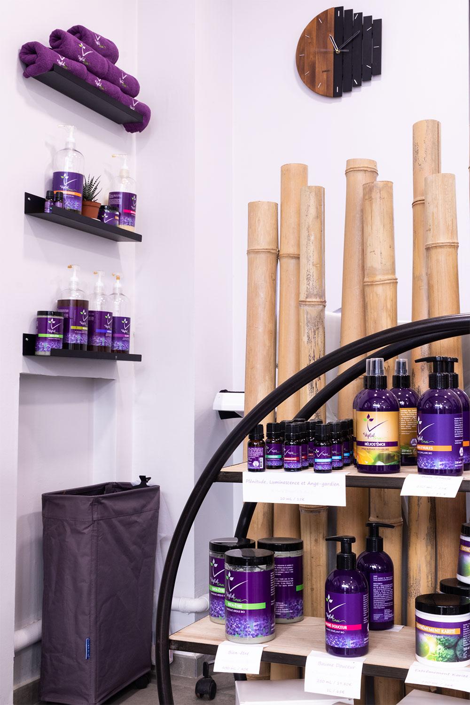 Les produits utilisés dans le salon de coiffure Artiste en Herbes à Tours, rangés sur des étagères
