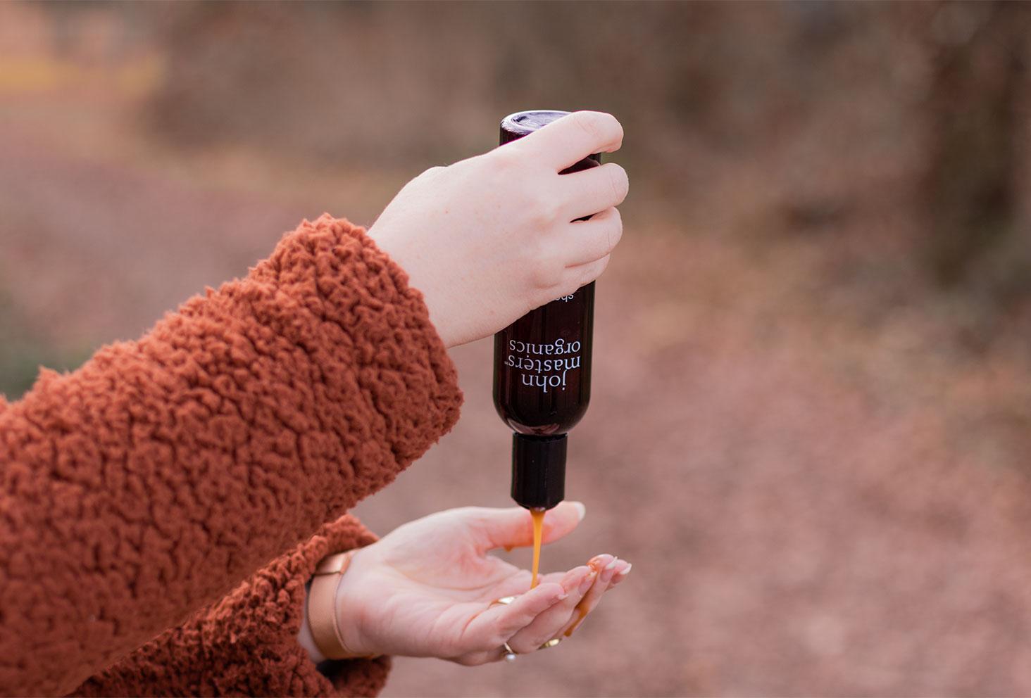 Utilisation du shampooing pour cheveux secs de la marque John Masters Organics dans la routine spéciale confinement