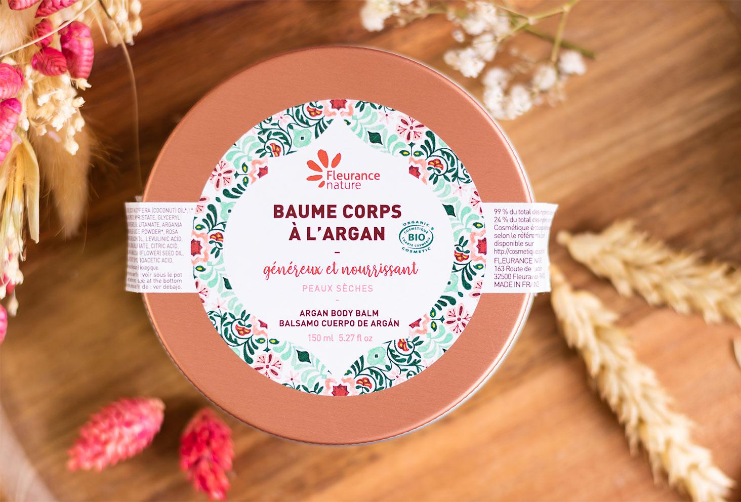 Zoom sur le packaging du baume corps à l'argan de Fleurance Nature en collaboration avec L'encrerie Marine pour le packaging