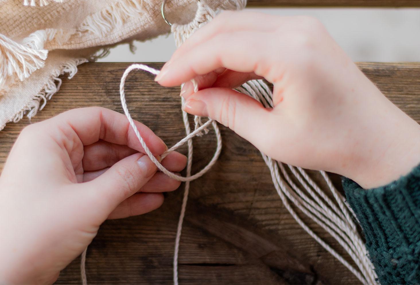 L'étape 2 du nœud de feston en réalisation, passage du fils dessous et dessus le fil de trame