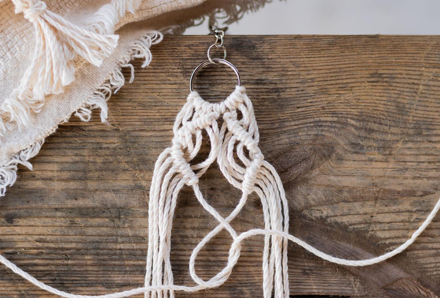 Nœuds de feston en cours de réalisation, posé sur une table en bois à côté d'un plaid