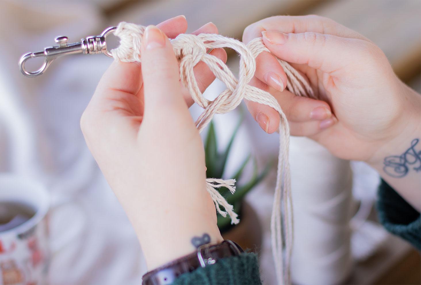 Zoom sur la réalisation d'un nœud demi-plat à 12 brins