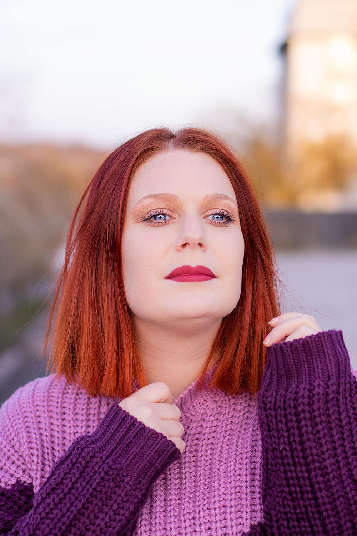 Résultat du maquillage réalisé avec la trousse à maquillage à moins de 50€ au coucher du soleil en pull violet
