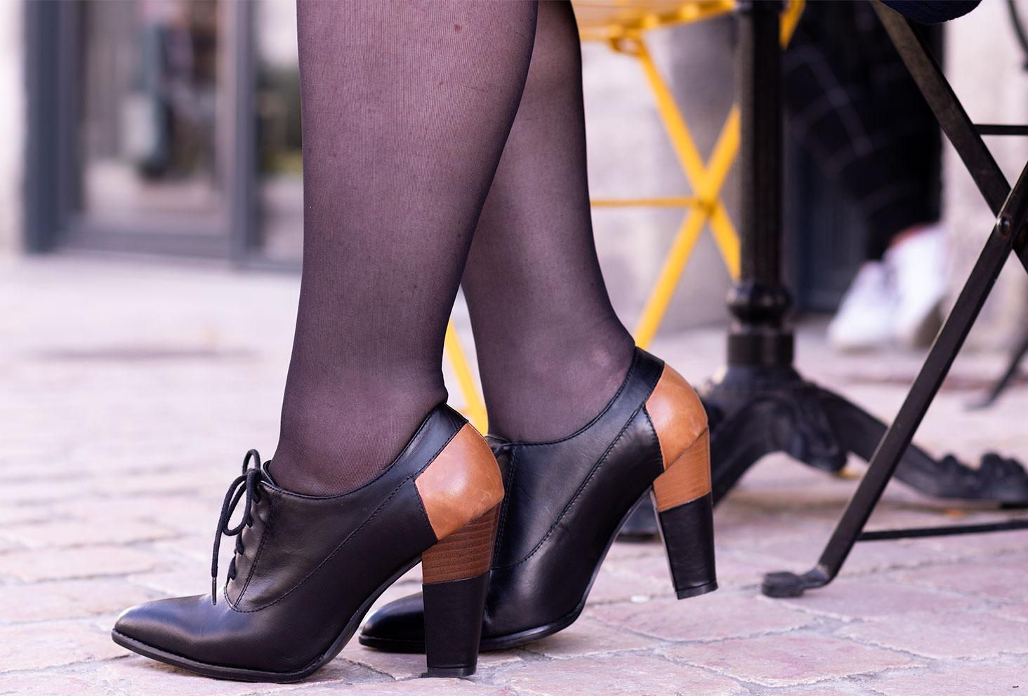 Zoom sur les bottines noires à hauts talons marrons à lacets, sur les pavés d'une rue tourangelle