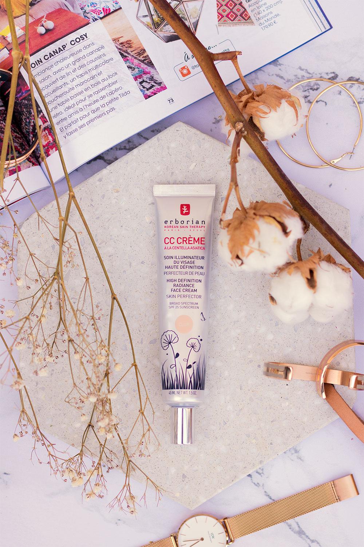 La CC Crème Erborian, posé sur une table en marbre au milieu de fleurs séchées et de bijoux, un magazine ouvert