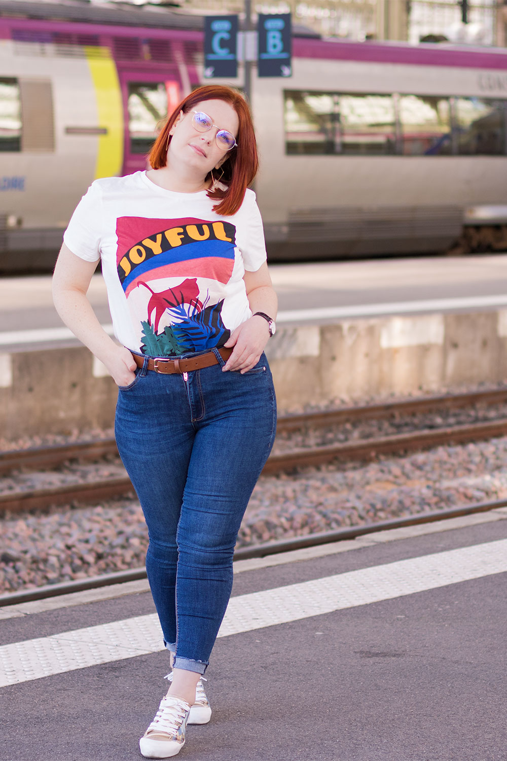 Look en t-shirt Joyful loose Kiabi, devant le train