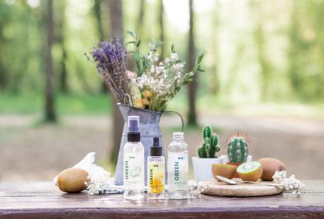 La gamme Green de Marionnaud au milieu des bois, posés sur une table en bois, avec des kiwis coupés en deux, des fleurs séchées et des minis cactus