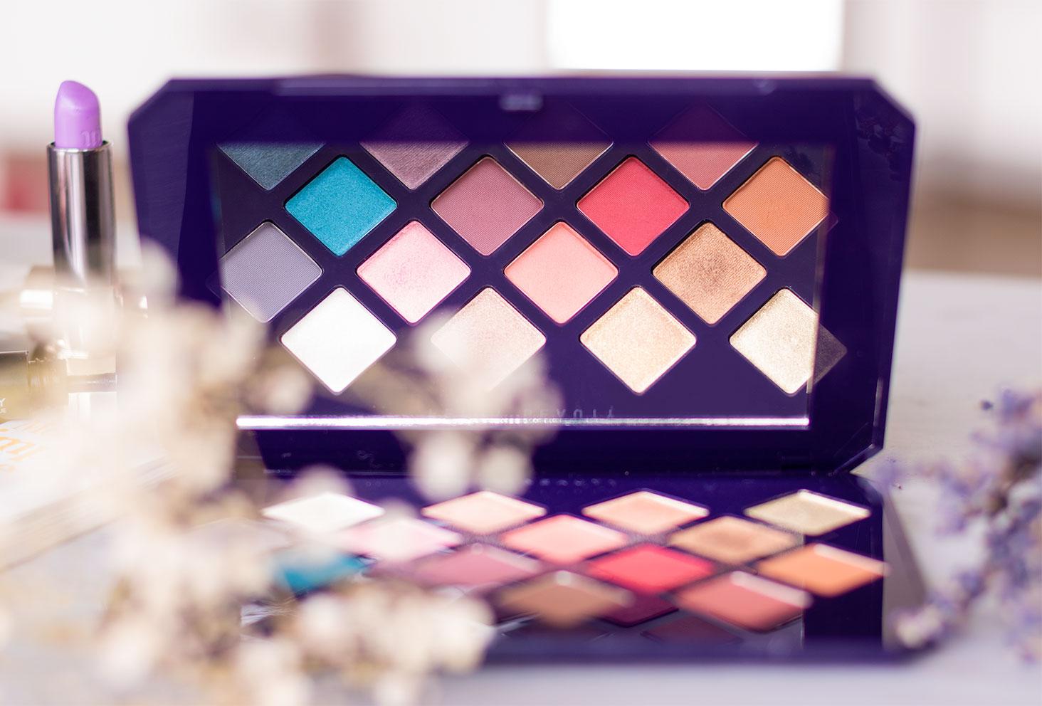 Zoom sur les fards de la palette Moroccan Spice de Fenty Beauty, dans le reflet du miroir de la palette