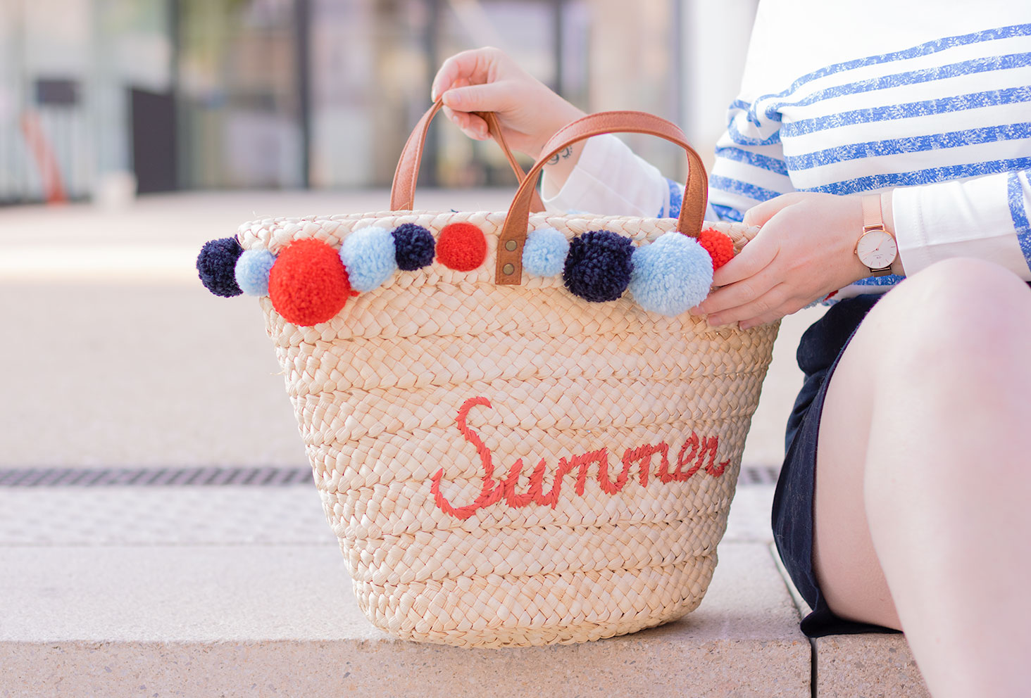 Tuto pas-à-pas pour customiser un sac en paille dans les idées DIY à faire lorsqu'on s'ennuie