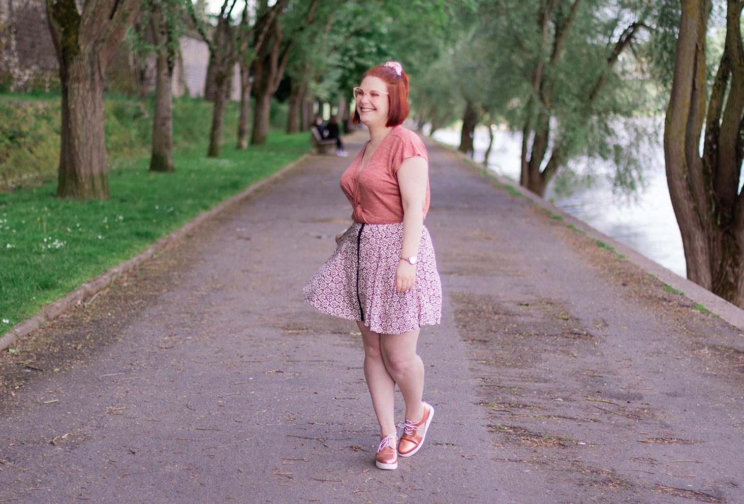 En jupe fluide Grace&Mila et t-shirt rose, sur les bords de Loire, avec le sourire