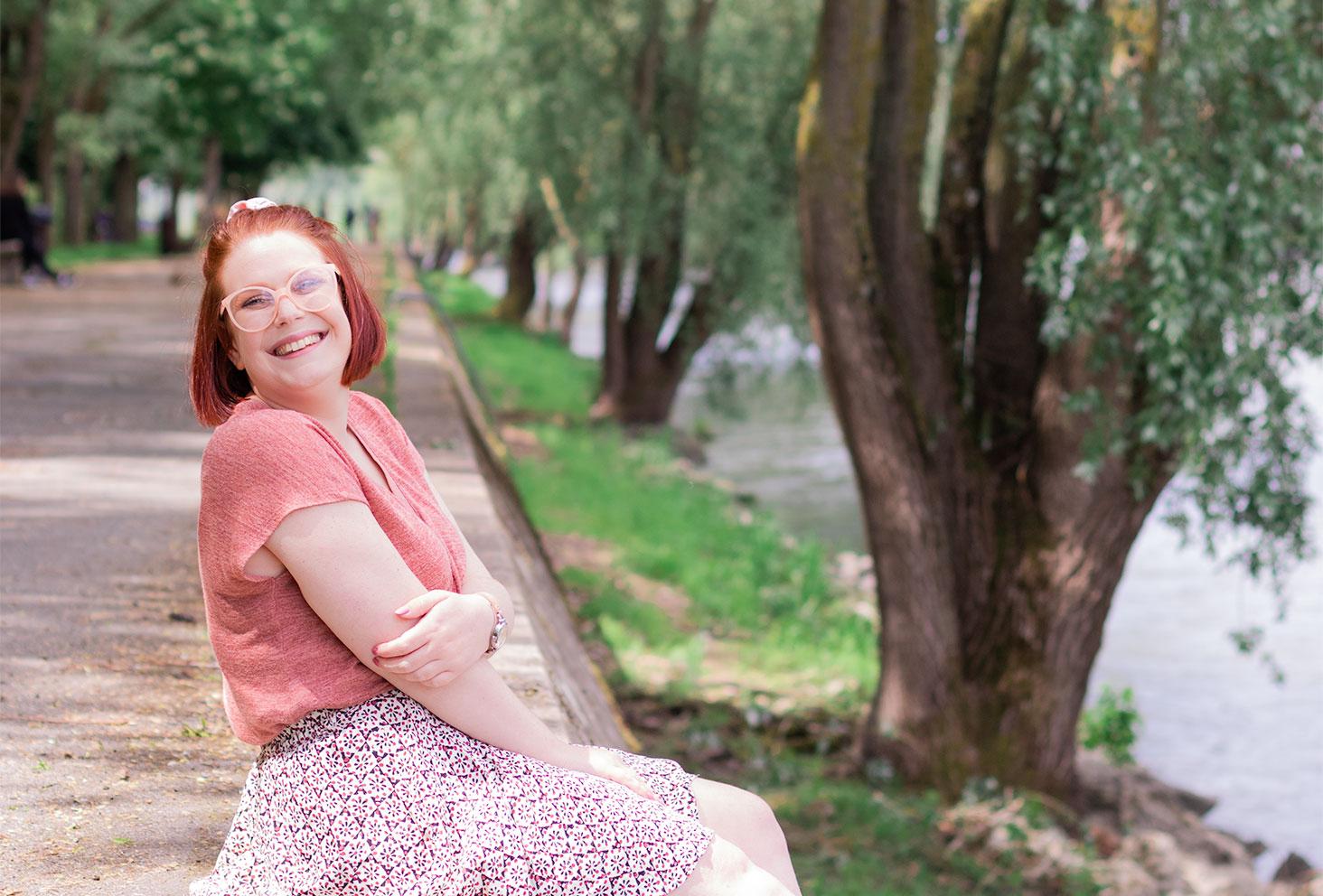 De profil avec le sourire, assise sur les bords de Loire