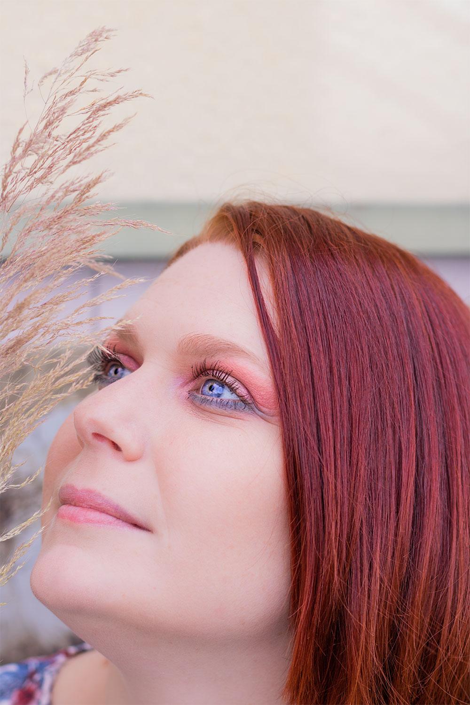 De profil, zoom sur un maquillage coloré avec la palette Moroccan Spice