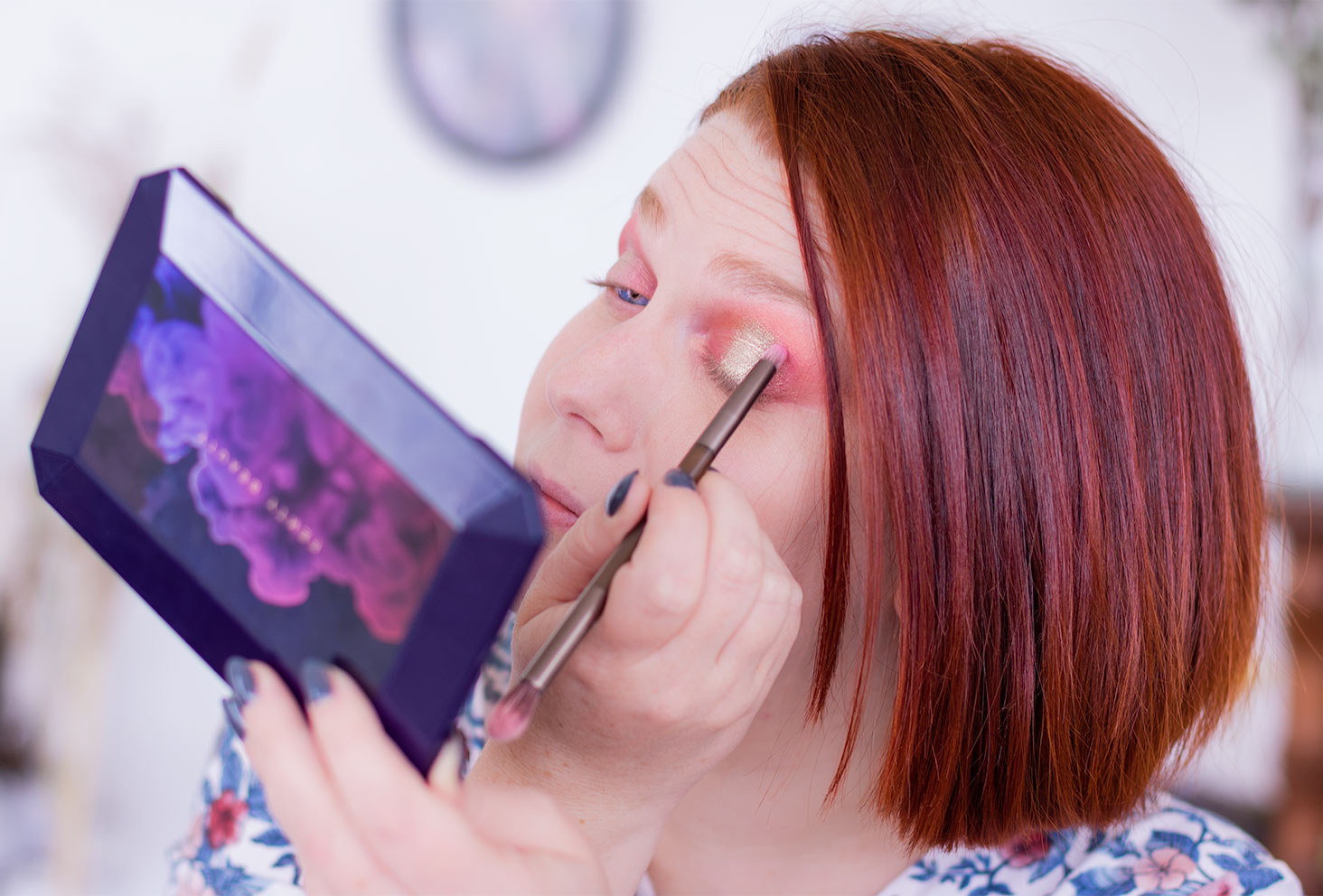 Application du fard rose à l'aide d'un pinceau fin lors de la quatrième étape du make-up coloré réalisé avec la palette Moroccan Spice de Fenty Beauty