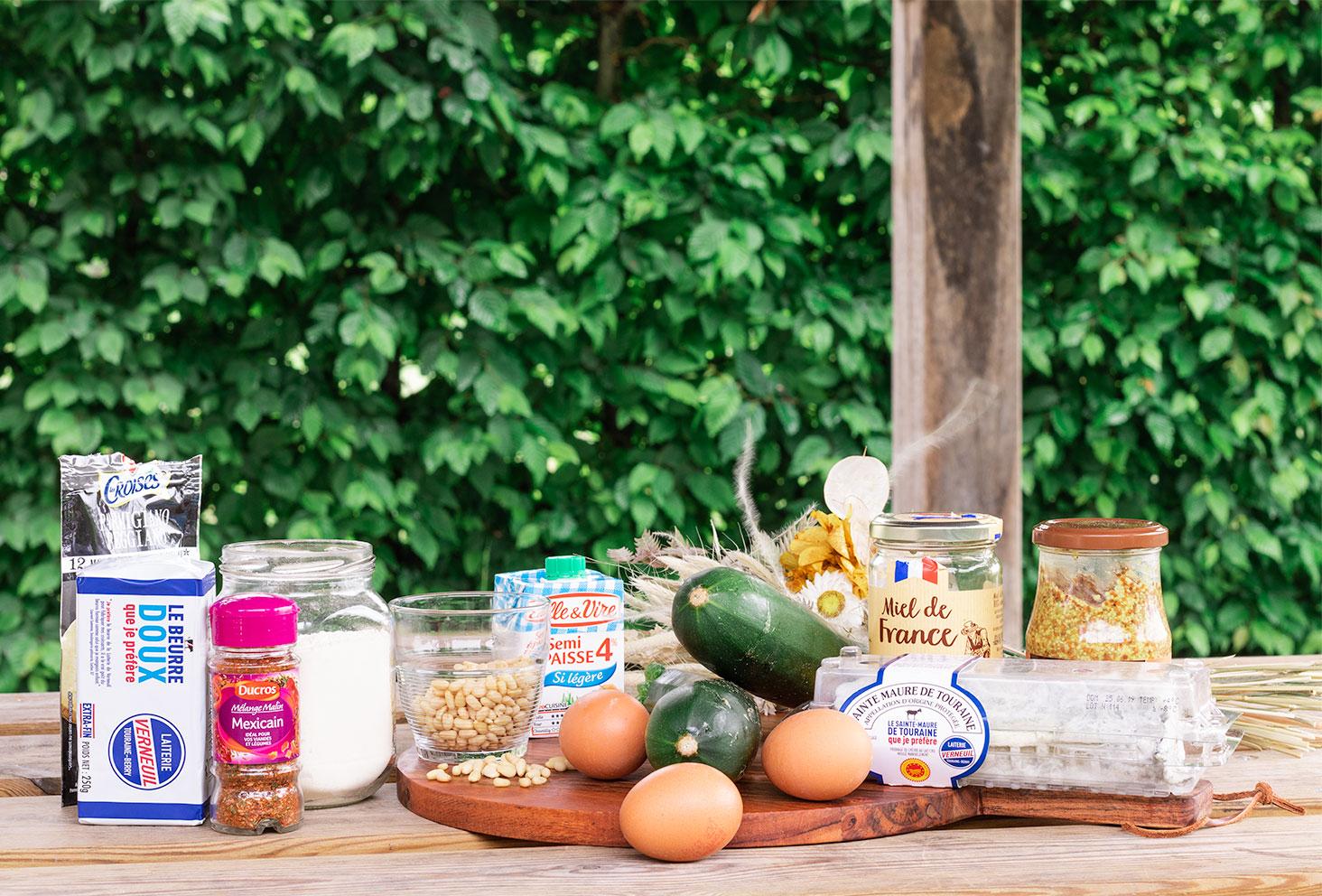 Zoom sur les ingrédients nécessaires à la réalisation d'une pâte à tarte épicée et d'une tarte à la courgette