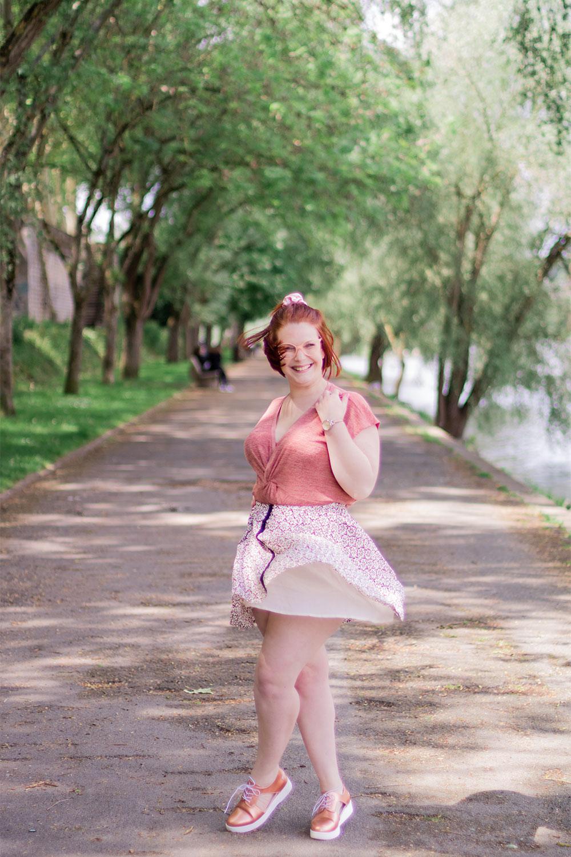 Look en jupe qui tourne, avec le sourire, sur les bords de Loire de la guinguette de Tours