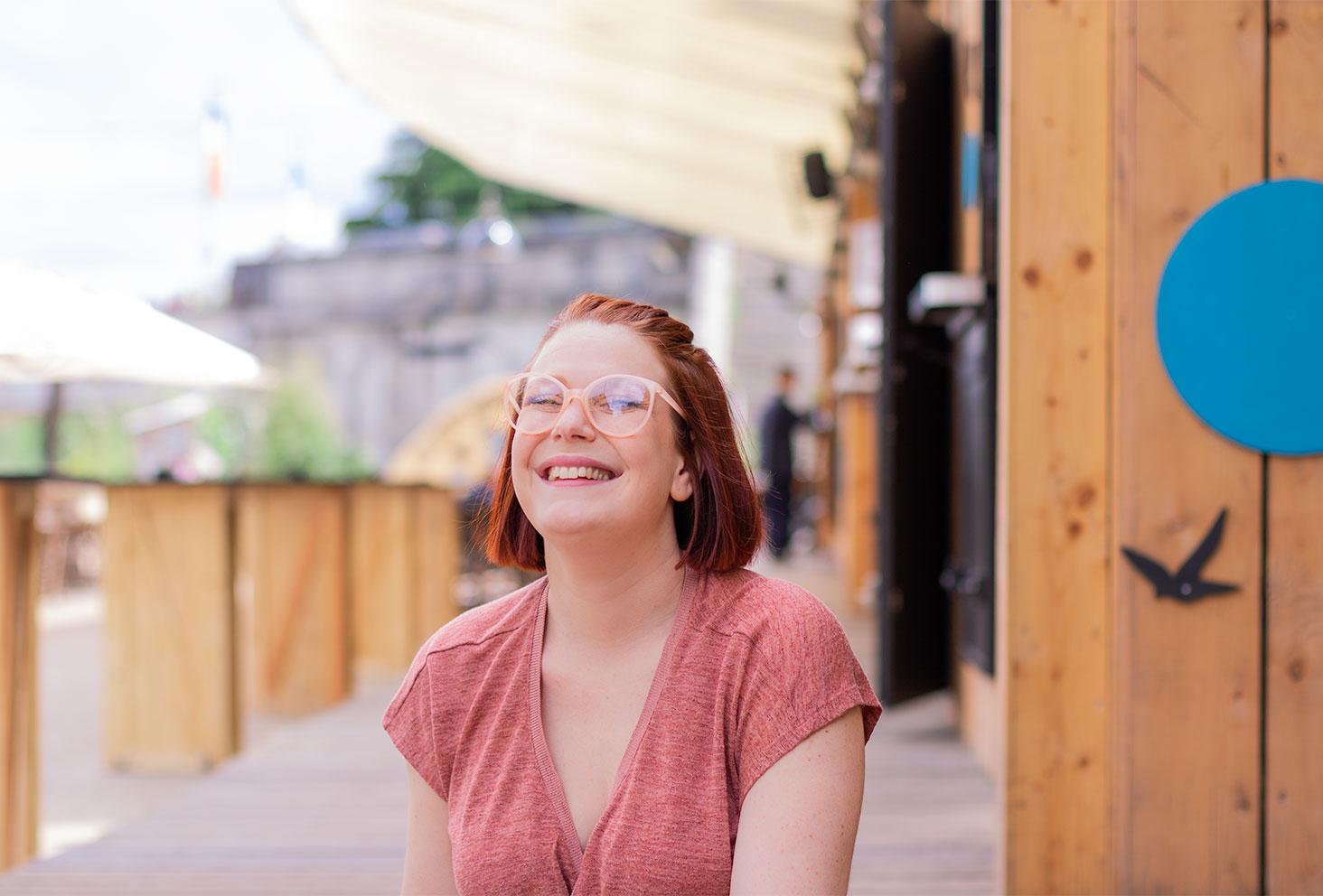 Zoom portrait avec les lunettes poudrées roses, devant le bar de la guinguette de Tours