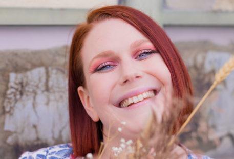 Zoom sur un maquillage coloré réalisé avec la palette Moroccan Spice, avec le sourire