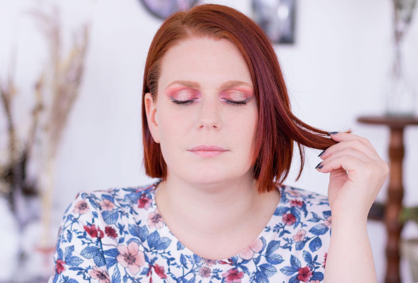 Maquillage coloré réalisé avec la palette Moroccan Spice en intérieur sur les yeux fermés