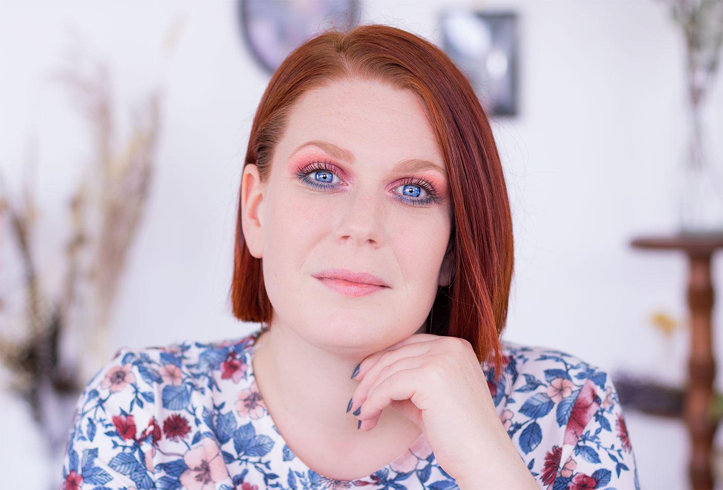 Maquillage coloré réalisé avec la palette Moroccan Spice en intérieur sur les yeux ouverts