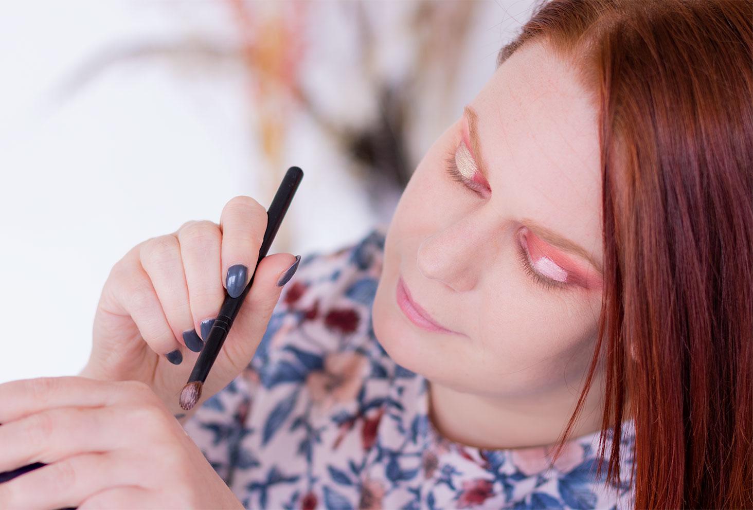 Prélèvement et application de l'anticerne sur la paupière pour l'étape 3 du maquillage coloré réalisé avec la palette Moroccan Spice