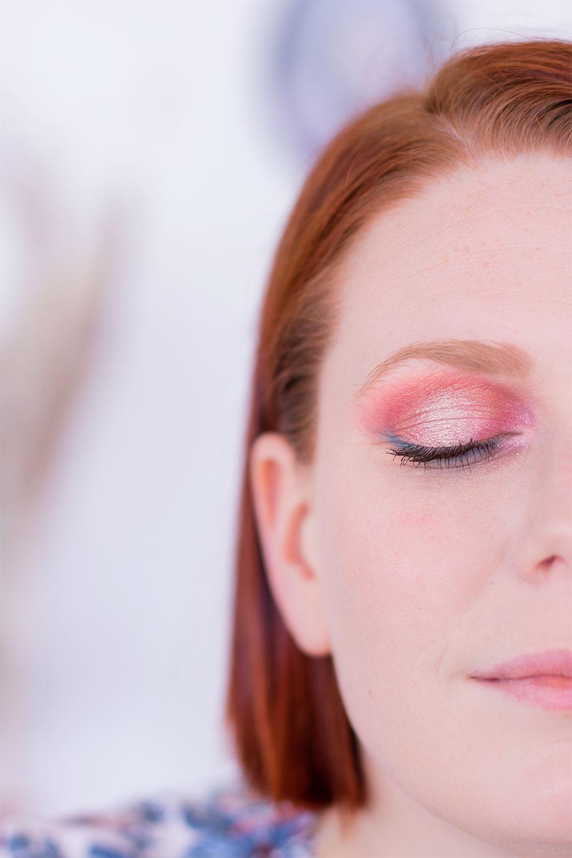 Zoom sur le maquillage coloré réalisé avec la palette Moroccan Spice sur oeil fermé