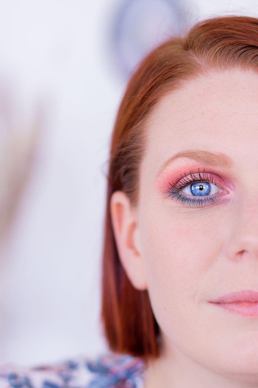 Zoom sur le maquillage coloré réalisé avec la palette Moroccan Spice sur oeil ouvert