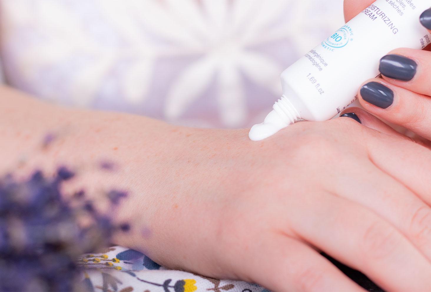 Zoom sur la texture crème appliquée sur la main du soin riche REhydrate de Jonzac