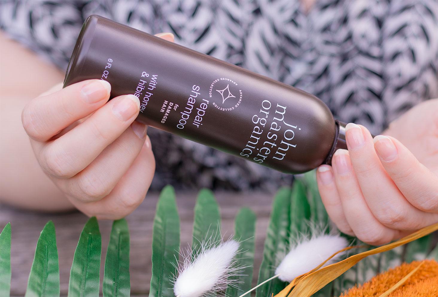 Utilisation entre les mains du shampoing pour cheveux abîmés de John Masters Organics