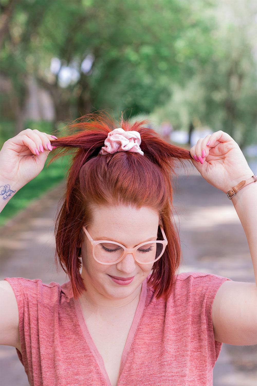 Zoom sur la demi couette attachée avec un gros chouchou en velours rose et lunettes roses sur le nez