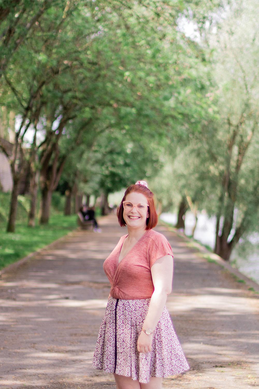 Sur les bords de Loire, avec le sourire, en jupe fluide et t-shirt rose